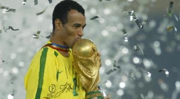 7 de Junho - 1970 – Cafu, ex-futebolista brasileiro - lateral direito, campeão do mundo - Copa 2002, taça, beijo.