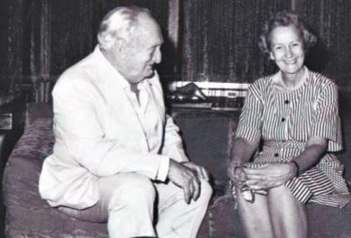 8 de Outubro - Adolpho Bloch - 1908 – 109 Anos em 2017 - Acontecimentos do Dia - Foto 5 - Adolpho Bloch e Katharine Graham, proprietária do Washington Post.