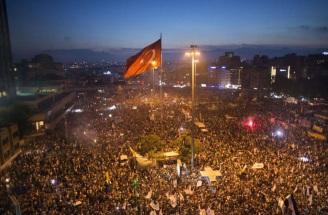 27 de Maio - 2013 – Na Turquia, ocorrem protestos contra a demolição do Parque Taksim Gezi que, posteriormente, viriam a se transformar em protestos contra o governo turco por todo o