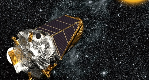 17 de Abril - 2014 — A sonda Kepler da NASA confirma a descoberta do primeiro planeta do tamanho da Terra na zona habitável de uma outra estrela.