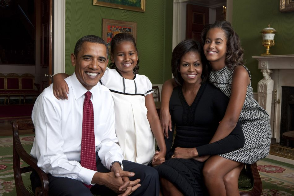 obama-na-sala-verde-da-casa-branca-juntamente-com-a-esposa-michelle-e-as-filhas-sasha-e-malia-em-2009-obama_family_portrait_in_the_green_room