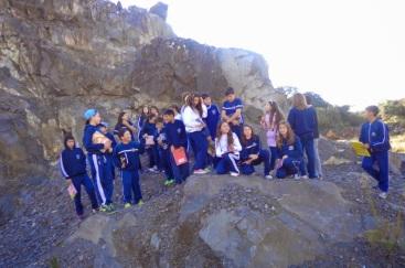 21 de Junho - Grupo de estudantes identificando os tipos de rochas existentes no município — Santa Cecília (SC) — 59 Anos.