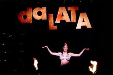 8 de Setembro – Fernanda Abreu - 1961 – 56 Anos em 2017 - Acontecimentos do Dia - Foto 5 - Fernanda em 1996 durante show da Turnê Da Lata vestindo apenas duas frigideiras cobrindo o