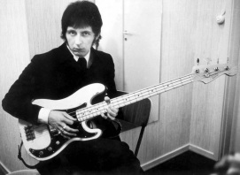 9 de Outubro - 1944 – John Entwistle, baixista britânico da banda The Who (m. 2002).