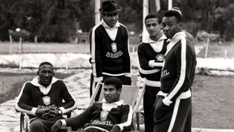 16 de Maio - Nilton Santos de chapéu, com outros jogadores da seleção, na Copa de 1962.