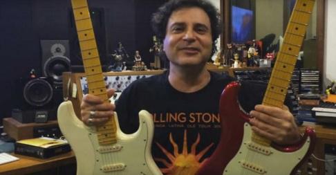 21 de Maio - 1962 – Roberto Frejat, com duas guitarras em seu estúdio caseiro.