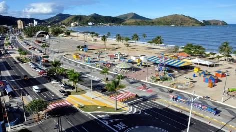 20 de Abril - Caraguatatuba - SP, aérea, praia, avenida, calçadão, parque.