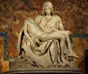21 de Maio - 1972 - A escultura de Michelangelo,Pietà, é atingida por várias marteladas dadas por Laszlo Toth, um húngaro naturalizado australiano, na Capela Sistina, no Vaticano.
