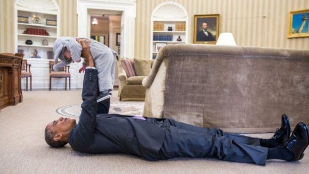 Obama encontra tempo para brincar com o filho de um funcionário no Salão Oval -GETTY IMAGES