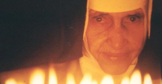 26 de Maio - 1914 – Irmã Dulce, religiosa brasileira - com velas acesas à frente.