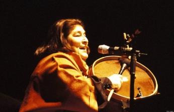 9 de Julho – Mercedes Sosa, tocando no palco.