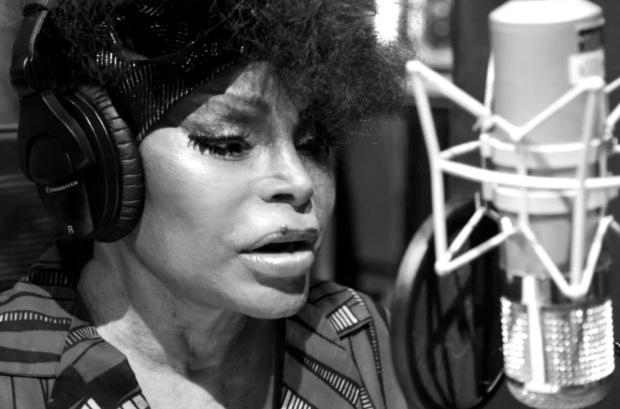 23 de Junho - Elza Soares, cantando no estúdio.
