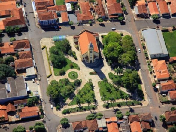 15 de Abril - Iacanga é um município brasileiro do estado de São Paulo - tomada aérea.