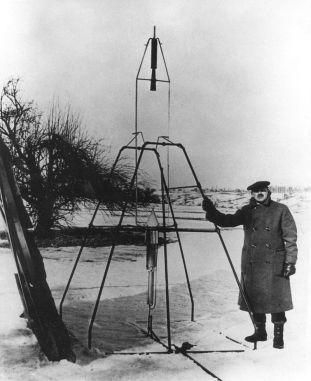 16 de Março - 1926 - Robert Hutchings Goddard e o primeiro voo de foguete propelido a combustível líquido, em Auburn, Massachusetts.