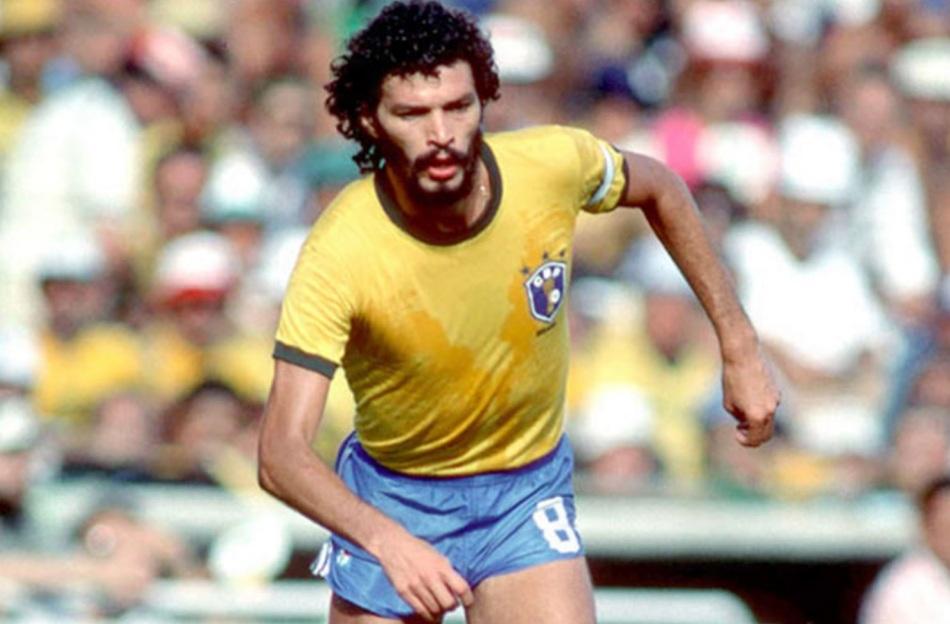 socrates-medico-ativista-e-futebolista-brasilerio-selecao-brasileira-correndo