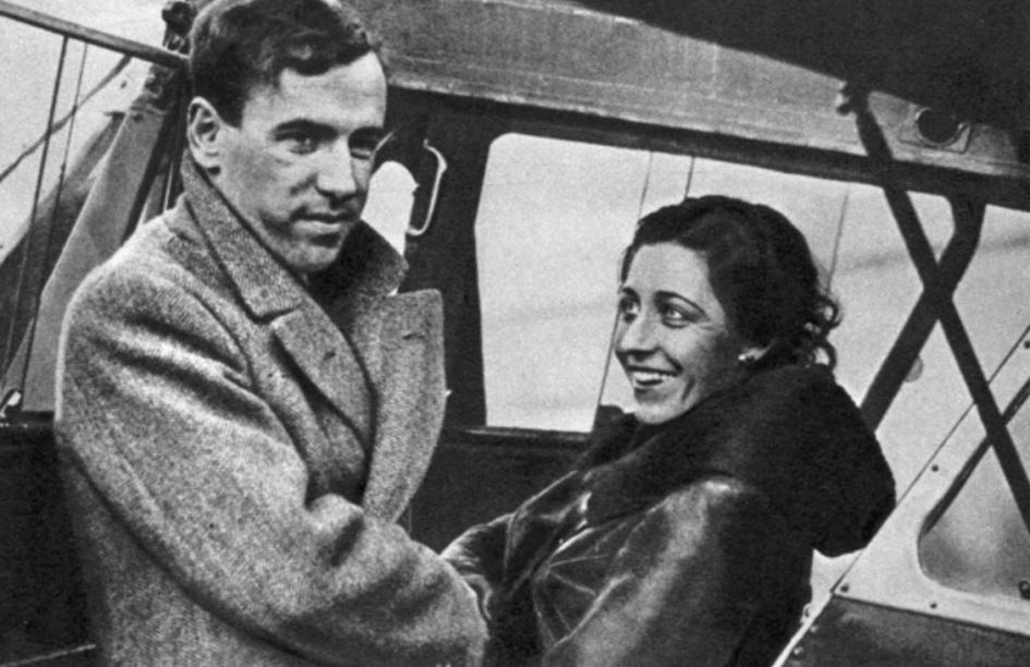 1 de Julho - Amy Johnson, aviadora norte-americana, dentro do avião.