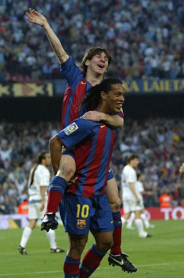 24 de Junho - Ronaldinho Gaúcho e Messi no começo de carreira, durante gol do Barcelona.