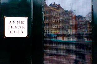 3 de Maio - 1960 — Inauguração do museu Casa de Anne Frank em Amsterdã, Países Baixos.