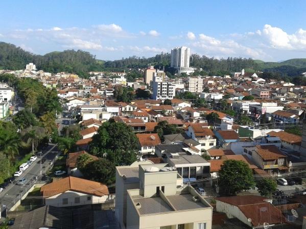 17 de Julho - A Floresta da Cicuta, ao fundo, reserva de mata atlântica que desenha a paisagem da Vila Santa Cecília e outros bairros centrais da cidade — Volta Redonda (RJ) — 6