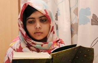 12 de Julho – Malala Yousafzai - 1997 – 20 Anos em 2017 - Acontecimentos do Dia - Foto 16 - Estudando, ainda no início de sua recuperação do tiro que leveou na cabeça.