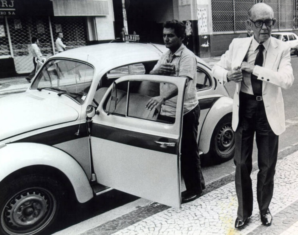 Carlos Drummond de Andrade é fotografado ao sair de táxi no Rio, em 1982