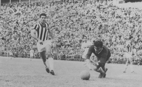 16 de Maio - 1925 – Nilton Santos, futebolista brasileiro (m. 2013) - no Botafogo, jogando contra o São Paulo..