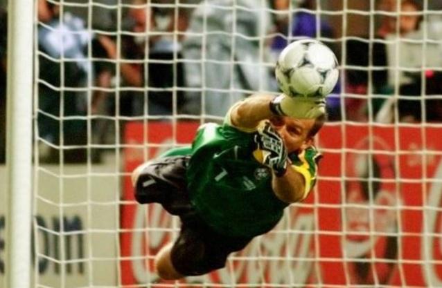 8 de Maio - 1966 — Cláudio Taffarel, ex-goleiro brasileiro, pegando pênalti.