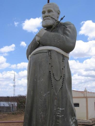 3 de Agosto – Estátua do Frei Damião, no Memorial que leva seu nome — Araripe (CE) — 142 Anos em 2017.
