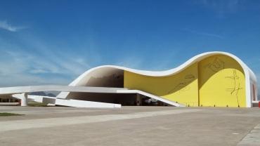 5 de Abril - 2007 — Inauguração do Teatro Popular de Niterói, idealizado por Oscar Niemeyer.
