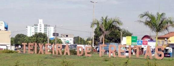 9 de Maio - Letreiro com o nome da cidade — Teixeira de Freitas (BA).