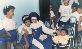 26 de Maio - 1914 – Irmã Dulce, religiosa brasileira - com crianças e deficientes.