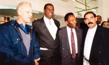 28 de Maio -1995 - Pelé (o terceiro da esquerda para a direita), com os ex-jogadores Ademir da Guia (E), Roberto Rivelino (D) e o ex-triplista João do Pulo, na Academia Rivelino Sport