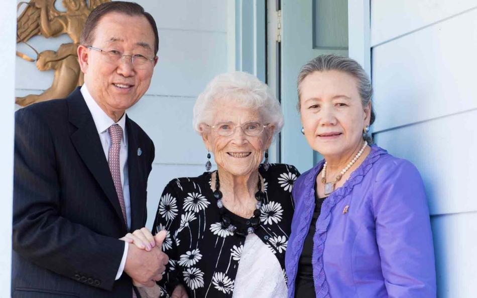 Ban Ki-moon e sua mulher Yoo Soon-taek (à direita) visitam Libba Patterson, quem Ban chama de mãe americana. Patterson o hospedou em 1962 quando esteve nos Estados Unidos pelo programa da Cruz Vermelha. Foto-UN Photo-Mark Garten