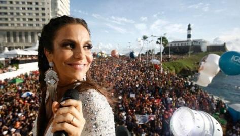 27 de Maio - Ivete Sangalo no trio elétrico durante o Carnaval de Salvador - com o Farol da Barra ao fundo.