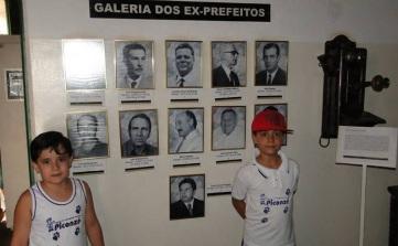 8 de Agosto – Alunos da escola Piconze, com galeria de fotos dos ex-prefeitos — Votuporanga (SP) — 80 Anos em 2017.