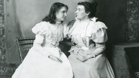 14 de Abril - Anne Sullivan com Helen Keller, moça.