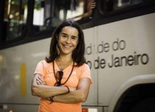 20 de Maio - 1957 – Lucélia Santos, atriz brasileira - com ônibus ao fundo.