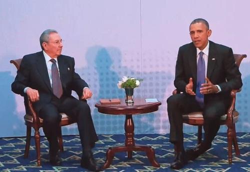 10 de Abril - 2015 - Encontro entre Raúl Castro e Barack Obama no Panamá, durante a 7.ª Cúpula das Américas.
