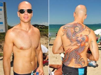 6 de Outubro - Fernando Scherer - 1974 – 43 Anos em 2017 - Acontecimentos do Dia - Foto 7 - Fernando Scherer mostra tatuagem nas costas.