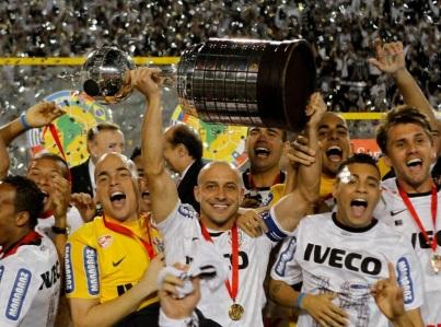 4 de Julho – 2012 – Após vencer o Boca Juniors, Corinthians se torna campeão da Libertadores.