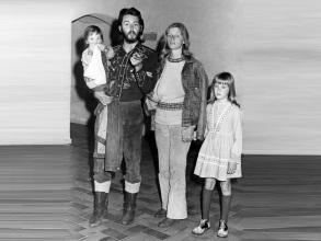 18 de Junho - Paul McCartney - cantor e compositor inglês - com a esposa, Linda e as crianças.