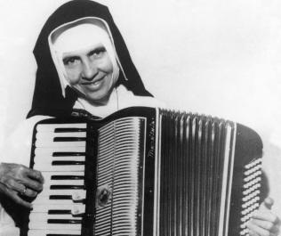 26 de Maio - 1914 – Irmã Dulce, religiosa brasileira - tocando acordeon.