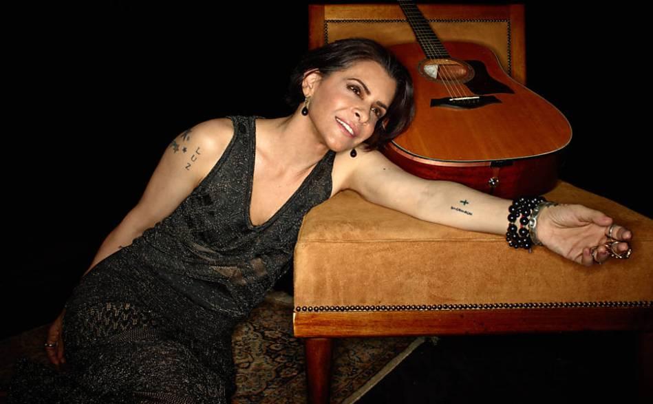A cantora Marina Lima ao lançar o disco No Osso, em 2015