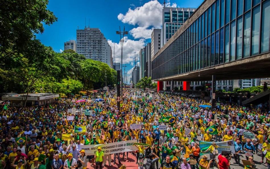 Manifestantes protestam na Avenida Paulista, em São Paulo, na tarde deste domingo (4), em apoio à operação Lava Jato.
