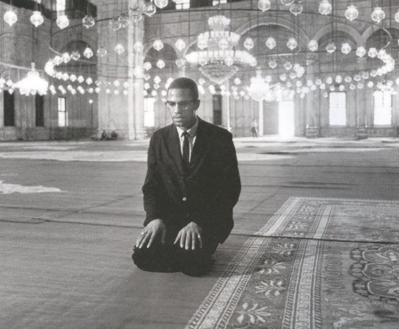 19 de Maio - Malcolm X em Mesquita, orando.