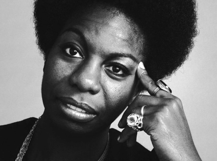 21 de Abril - 2003 — Nina Simone, pianista, cantora, compositora e ativista pelos direitos civis dos negros norte-americanos.
