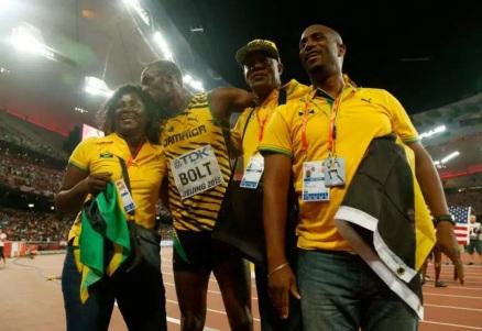21 de Agosto — CAPA • Usain Bolt - 1986 – 31 Anos em 2017 - Acontecimentos do Dia - Foto 11 - Com a família após vitória.