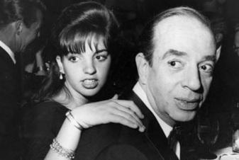 25 de Julho - Vincente Minnelli com sua filha, Liza Minnelli.