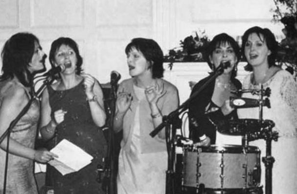 17 de Maio - Enya cantando com a familia.