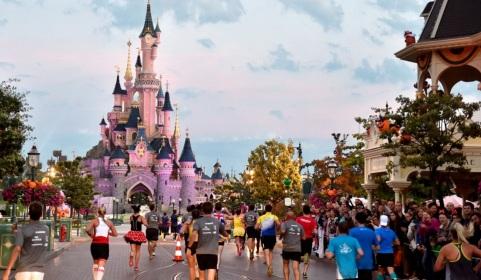 12 de Abril - 1992 — O Euro Disney Resort inaugura oficialmente o seu parque temático Euro Disneyland. O resort e o nome de seu parque são posteriormente alterados para Disneyland Pa